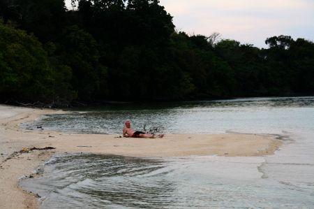 .... Vom Boot aus sehen wir Affen am Strand. Die wollen wir von Nahem sehen und legen bzw. ....