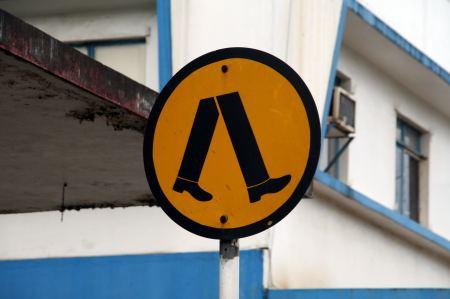 Schild vor dem Zebrastreifen vor Labasa.