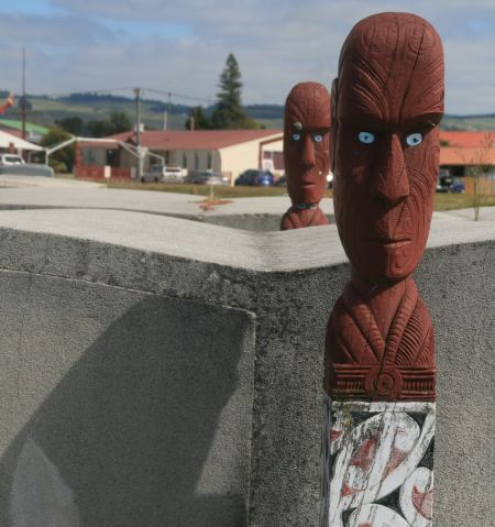 Maori Skulpturen als Grabwächter auf einem Friedhof