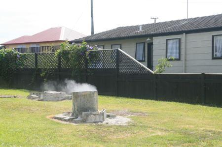 ... überall zwischen den Häusern dampft es aus der Erde.