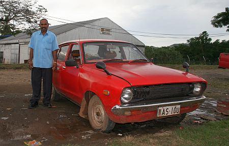 Auf einem Parkplatz in Labasa treffen wir den stolzen Besitzer eines 35 Jahre alten Wagens. Er stellt uns seine Frau und das Innenleben des Wagens vor und laedt uns nach Hause ein. Leider koennen wir die Einladung nicht annehmen da wir vor Einbruch der Dunkelheit wieder in Savu Savu  sein muessen.