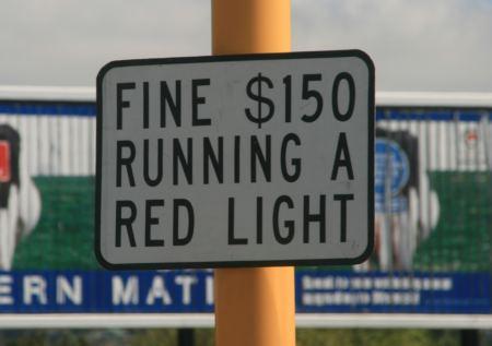 Weiter geht es in Richtung .... An den Ampelanlagen wird man gleich über die Höhe der Strafe informiert, falls man bei rot fährt.