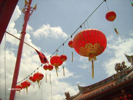 Überall hängen noch die Dekoration von Chinese New Year.