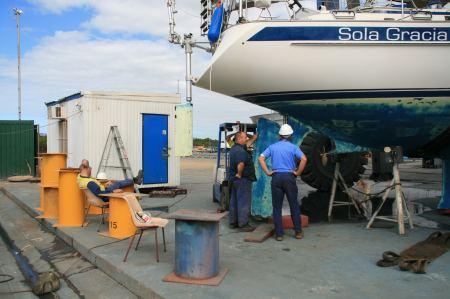 Endlich - am 10. Tag nach unserer Ankunft in der Werft wird das Ruder gezogen.