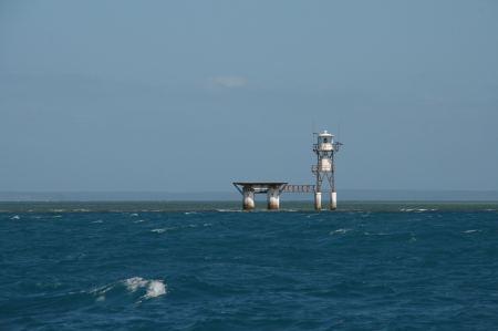 Diese Leuchttürme leiten uns Nachts durch das Riff. Hinter dem Turm erkennt man gut das flache Riff.