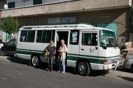 Unser Agent organisiert einen Bus für uns 4 und wir fahren nach Suakin, was auch nach Aussage der Einheimischen die einzige Sehenswürdigkeit in unserer Nähe ist.