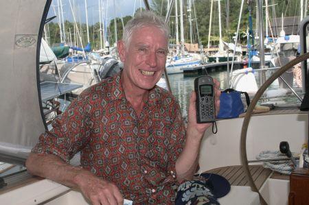 Das ist Norbert, die gute Seele von der Segelyacht Sturmvogel mit dem reparierten SAT-Telefon.