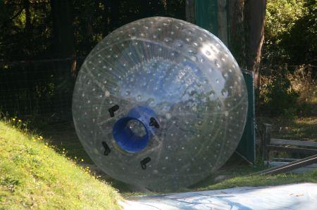 Hier der leere Ball. Er hat eine Öffnung und einen kleineren Ball innen. In den kriechen die Mutigen .....