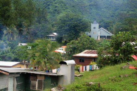 Zwischen den einfachen Hausern eine grosse, aufwendig gebaute Kirche.
