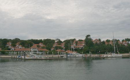 Zwischenstopp in der Nongsapoint Marina in Batam, Indonesien.