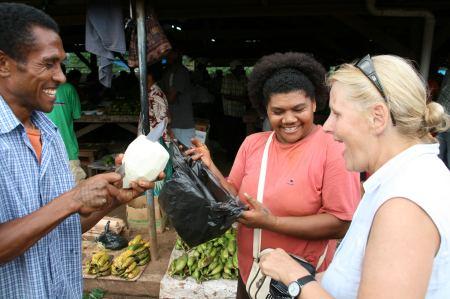 Erst 1, dann 2 dann 3 Fidschidollar soll die Frucht kosten. Wir einigen uns auf 2.