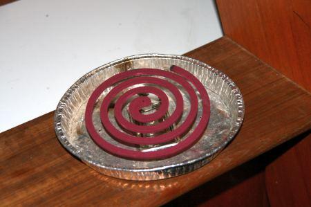 """Zum Beispiel Moskitos. Seit vielen Monaten vertreiben wir sehr erfolgreich mit diesen """"Räucherspiralen"""" die Moskitos. Zwar richt es dann im Schiff wie auf einem orientalischen Basar aber der Zweck heilig bekanntlich die Mittel. Hier in der Raffles nicht nötig."""