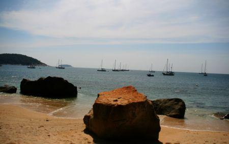 ..... und nun warten in der Nai Harn Bay.