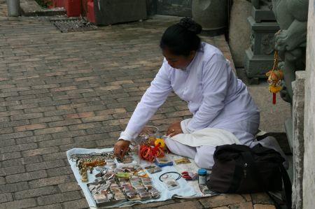 Vor dem Tempel werden kleine Andenken verkauft.
