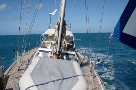 Bei durchschnittlich 25 Knoten Wind geht es mit gereffter Genua schnell voran.