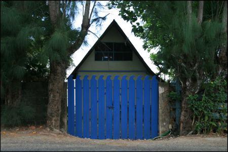 4-haus-mit-blauem-zaun.jpg