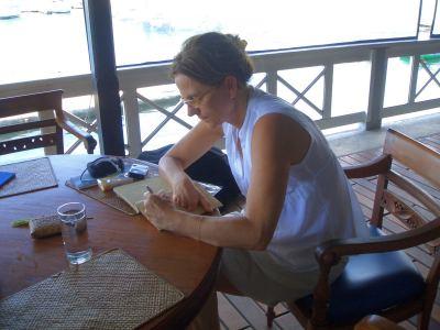 Ruth führt Tagebuch und schreibt unsere Erlebnisse sorgfältig auf.