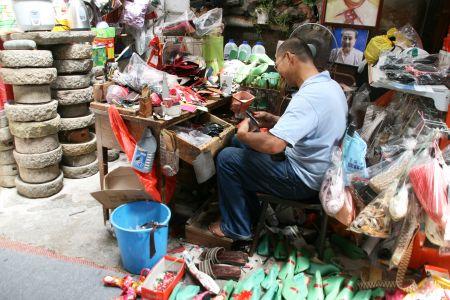 ... werden im Geschäft gefertigt. Zur Verarbeitung lieben auf dem Boden alte Gürtel, Taschen zur weiteren Verarbeitung zu Schuhen.