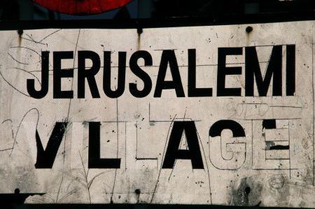Unterwegs kommen wir durch den Ort Jerusalemi.