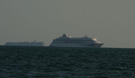Auch die Aida rauscht an uns vorbei. Wir funken das Schiff auf Kanal 16 an und plauschen ein bisschen mit dem freundlichen 3. Offizier Tommy.