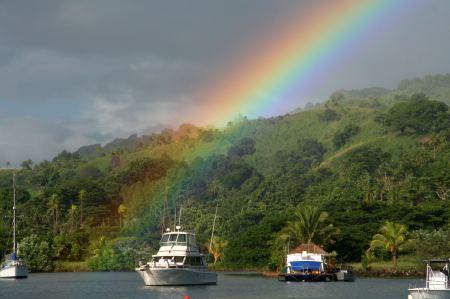 Regenbogen endet oder beginnt direkt in der Bucht.
