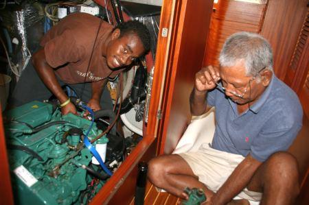 S... und Toni bei der Arbeit im Motorraum.