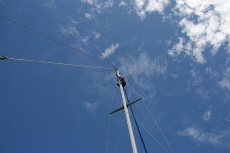 Toni befestigt im Mast den Radarreflektor.