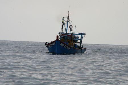 """Wieder ein Fischerboot ganz nah. Juliane meint immer """"hoffentlich sind das keine Pipiraten"""""""
