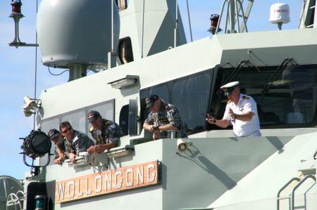 Präzisionsarbeit - das Schiff paßt gerade in die Box zum Liften.