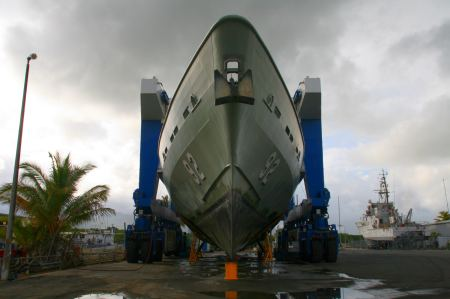 Stunden Arbeit und Aufregung für die Werftmitarbeiter bis das riesige Kriegsschiff endlich steht.