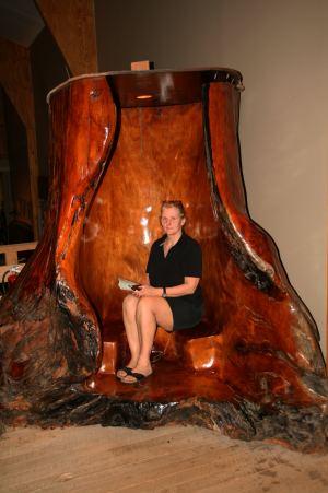 Eva im Inneren einer Kauribaum Wurzel