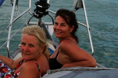 Juliane und Eva genießen die Seereise auf der Bugspitze. Es gibt ....