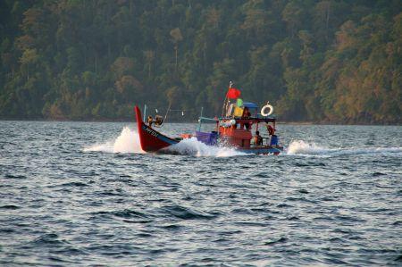 Herrliche bunte Boote begegnen uns immer wieder.