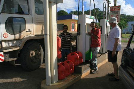 An der Tankstelle holt Ruediger einen Kannister Diesel nach den Anderen.
