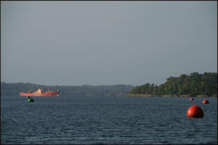 53-auf-dem-see-mit-rotem-schiff.jpg