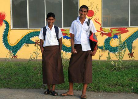 Schulkinder tragen Uniform.