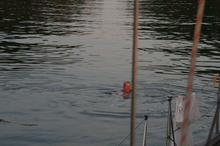 Jaap nimmt ein Morgenbad und schwimmt zum ....