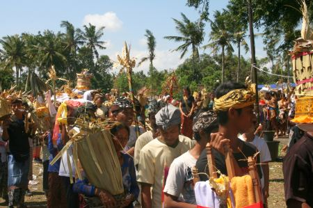 In einer langen Prozession werden Opfergaben zu den Verbrennungstürmen gebracht und um die Tiergestalt gestapelt.