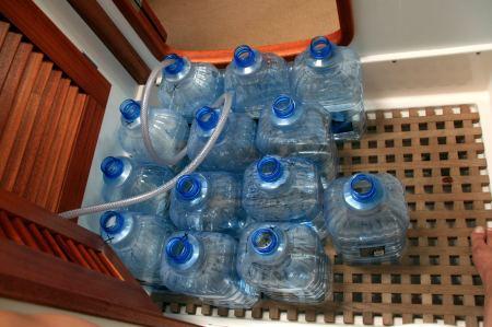Nicht nur Diesel wird gebunkert. In der SolaGracia wird das Trinkwasser aus Salzwasser selbst produziert.
