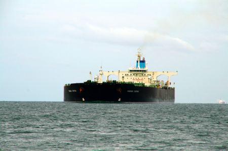 Riesige Frachter kommen von Steuer- Backbord.