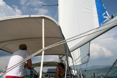 Auf dem Rückweg zur Marina haben wir doch tatsächlich noch mal Wind und können segeln.