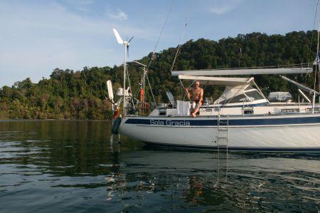 """Rüdiger muss """"draußen"""" bleiben weil er wegen seinem Bein nicht zurück ins Boot kommt. Unser Angebot, ihn mit dem Bootsmannstuhl abzulassen hat er abgelehnt."""