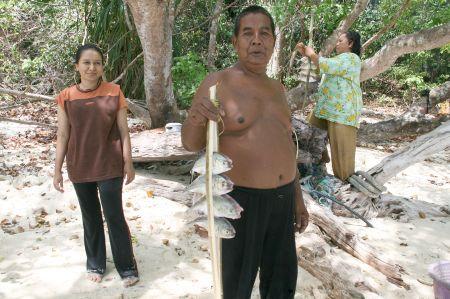 kleines Boot fährt an den Strand und 3 FAmilien steigen aus und laden uns zum Grillen ein. Es gibt frischen Fisch ....
