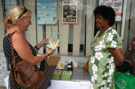 Strassenverkauf von Gesangbuechern und Bibeln. Wir erstehen eine kleine Kinderbibel, die wunderbar bebildert ist.