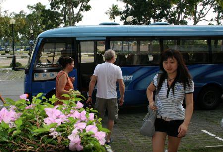 Auf geht´s mit dem Bus zum Supermarkt.