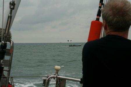 Neugierige Fischer fahren über Jaaps Angelleine.