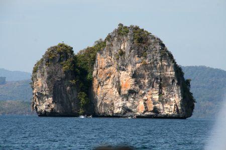 ... zur Marina vorbei an bizarren Felsformationen.