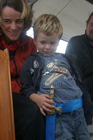 bekommt Noah von der SY Chenoa einen Gürtel für sein Schwert damit er es nicht mehr in der Hosentasche transportieren muß.