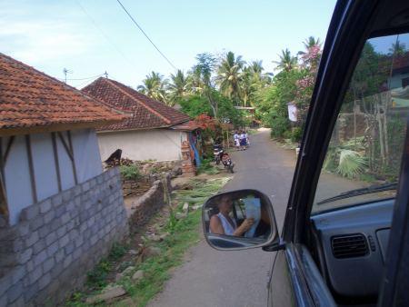 Auf dem Heimweg Richtung Hafen geht es durch enge Dörfer ....