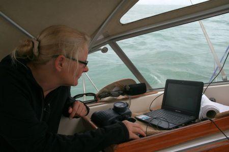Genaue Navigation - wir fahren am Rand der Schiffahrtsstrasse zwischen der Großschiffahrt um weder Fischern.